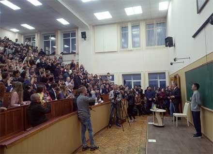 Основатель AliExpress Джек Ма выступает перед студентами Харьковского национального университета им. Каразина. в Харькове