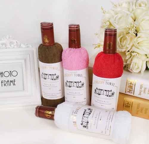 Креативное подарочное полотенце в виде винной бутылки.